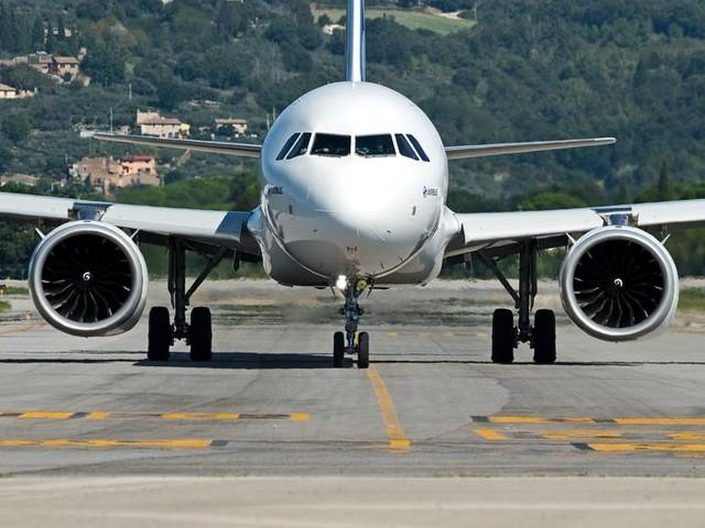 Covid in Umbria, contagi tra i giovani e ricoveri stabili   Quarantena per voli da Londra e Tirana