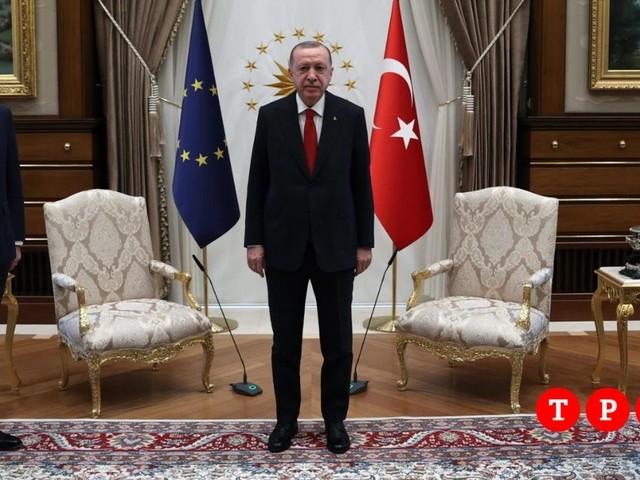 """""""Sofa-gate"""", parla von der Leyen: """"Ad Ankara mi sono sentita sola. È stato imbarazzante"""""""