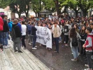 Cosenza, Liceo Fermi inagibile: Incontro con il prefetto Gli studenti sospendono l'occupazione: si torna in aula