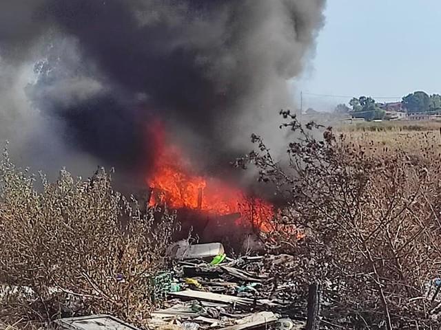 Ardea, altri due incendi nel pomeriggio: fuoco spento prima che raggiungesse auto e abitazioni (FOTO)