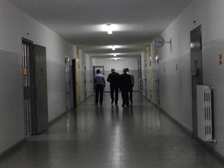 Sanremo, rivolta in carcere: detenuti ubriachi lanciano mobili, 2 agenti feriti