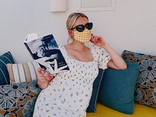 Emma Roberts mostra il pancino su Instagram