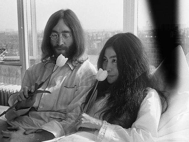 """John Lennon, Yoko Ono racconta l'intimità: """"Prima di essere ucciso mi disse…"""""""