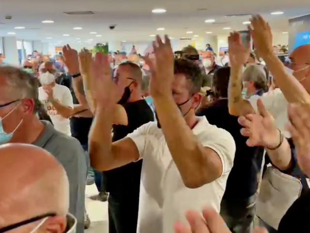 Whirlpool, i lavoratori bloccano le partenze dell'aeroporto di Capodichino: il video della protesta