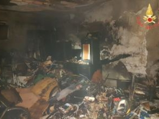Incendio nel deposito di un palazzo a Catanzaro Notte di panico in pieno centro, indagini su cause