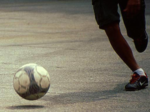 Napoli, 12enne accoltellato per una partita di calcio davanti scuola
