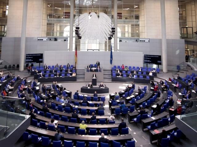 Apre i battenti il nuovo Bundestag, ma c'è subito una prima grana sui posti