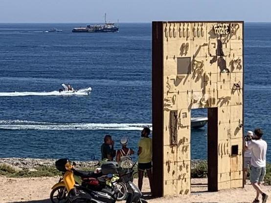 La Sea Watch arriva a Lampedusa Salvini furioso: «Non sbarcheranno»