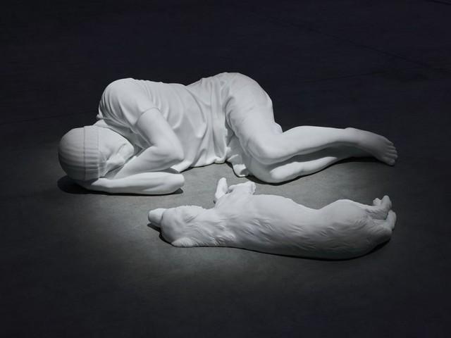 Respiro, fantasmi, cecità. Maurizio Cattelan in mostra a Milano