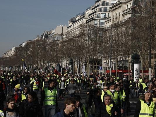 Gilet gialli: insulti antisemiti a Parigi contro il filosofo Finkielkraut