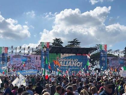 Matteo Salvini a Roma: la folla a tre ore dalla manifestazione. Un tripudio di bandiere e striscioni