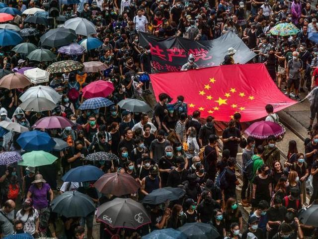 Hong Kong, i manifestanti sfidano il divieto e tornano in piazza: scontri con polizia