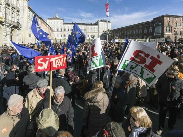 """Il M5S insiste sul """"no"""" alla Torino-Lione, ma ora Di Battista apre al voto popolare"""