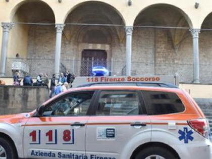 Cade elemento architettonico in basilica S.Croce, morto turista