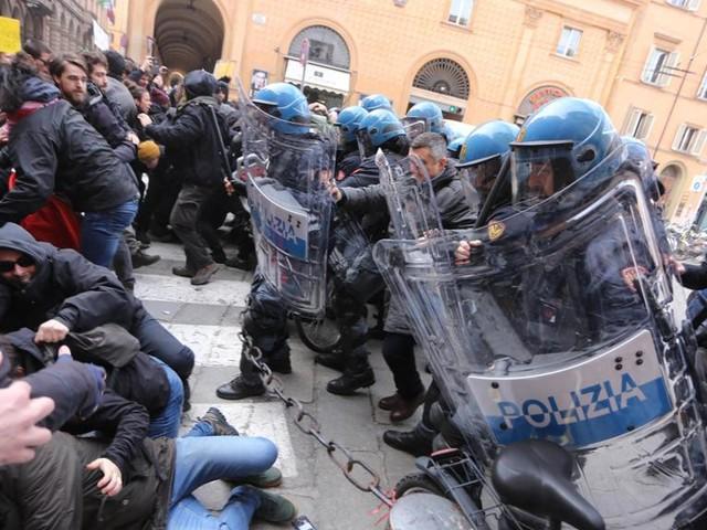 Scontri a Bologna, sgomberato un presidio di antagonisti: feriti 4 studenti e un poliziotto
