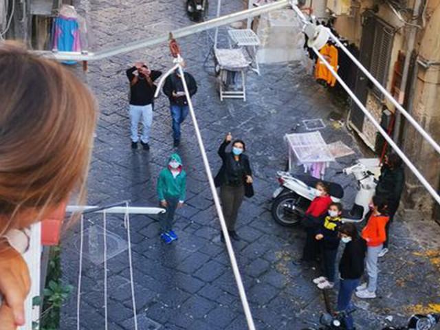 DAB: la didattica dai balconi nei Quartieri Spagnoli di Napoli per le misure restrittive di De Luca