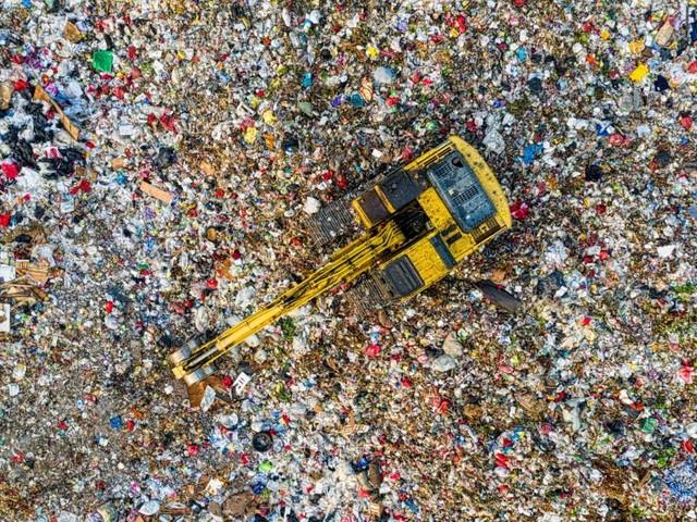 Il turismo dei rifiuti urbani ci costa 31mila ton di CO2 e 75 mln di euro in più di Tari