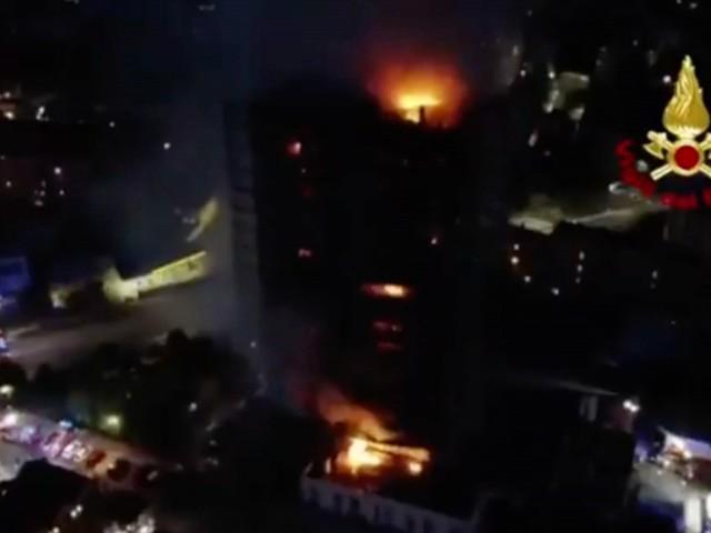 Incendio palazzo a Milano, le operazioni di spegnimento nella notte. Le immagini dall'alto: diverse squadre dei Vigili del Fuoco al lavoro