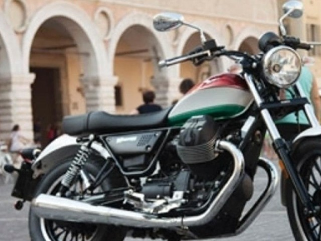 Tre Moto Guzzi V9 in giro per i borghi italiani