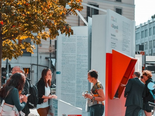 Milano, in piazza un vocabolario gigante: indicate le parole da salvare