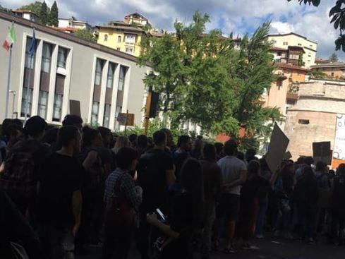 Corteo anarchico «anti-Salvini» in centro città Disagi al traffico mentre sfilano i manifestanti