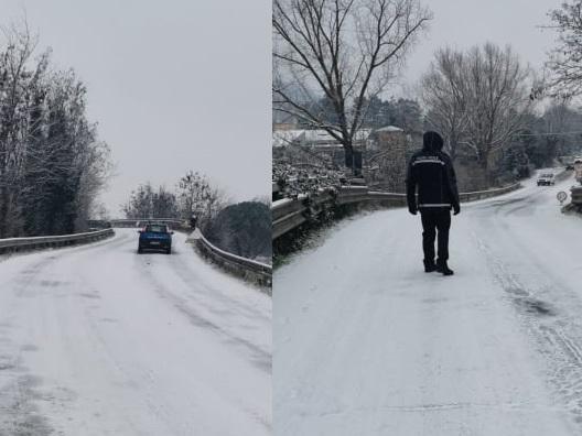Neve e ghiaccio sulle strade, auto intraversate sul 'Ponte della morte'