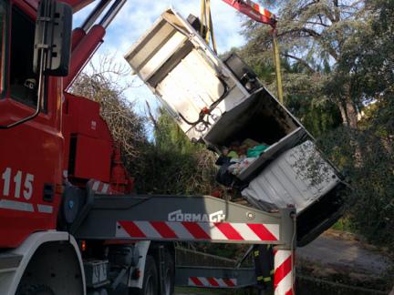 Camion della nettezza urbana si ribalta nel torrente
