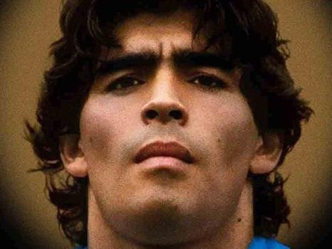 Diego Maradona, l'uomo e la divinità del calcio in un racconto senza agiografia