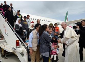Papa: accogliere migranti e rifugiati, no a espulsioni collettive