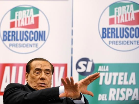 Silvio Berlusconi: «Al governo gente che puzza e che non potrebbe neanche pulire i cessi»
