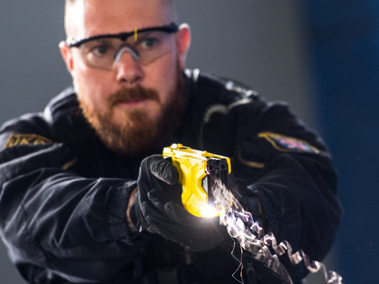 Davvero la pistola elettrica Taser non è mai letale? Cosa sappiamo