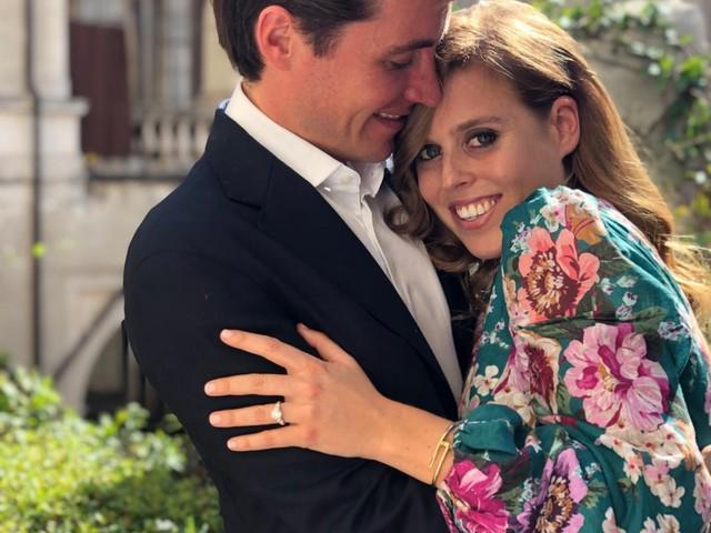Le foto ufficiali del fidanzamento di Beatrice ed Edoardo che somigliano a quelle di Harry e Meghan