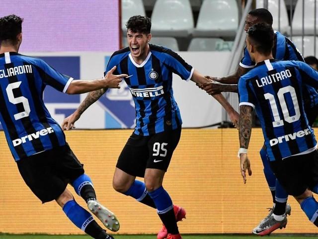 L'Inter vince lo scudetto, i tifosi riempiono Piazza Duomo per i festeggiamenti