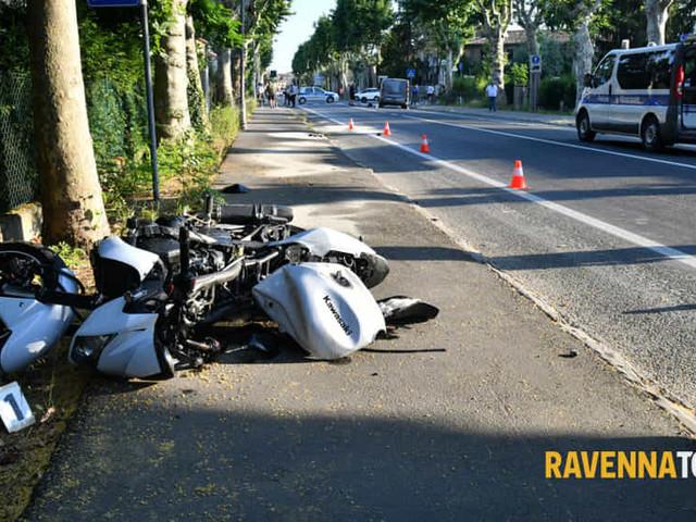 Incidente nel pomeriggio, giovane perde il controllo della moto e si schianta contro un furgone