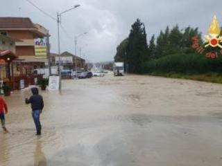 Maltempo in Calabria, tromba d'aria nel Catanzarese Allagamenti e tetti scoperchiati, bloccata la statale 106