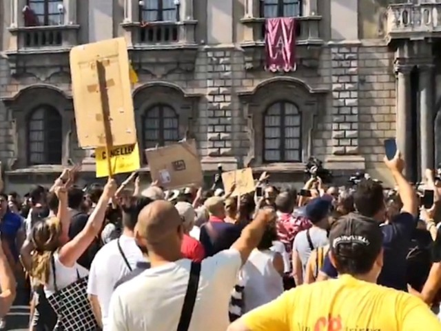 """Salvini a Catania, gruppo di contestatori in piazza Duomo: """"Siamo tutti terroni"""". Ministro: """"Mix di centri sociali, estrema sinistra e M5s"""""""