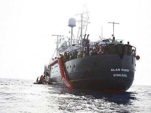 """Migranti, la sfida delle ong a Salvini, la Alan Kurdi verso Lampedusa: """"Non temiamo ministro"""""""