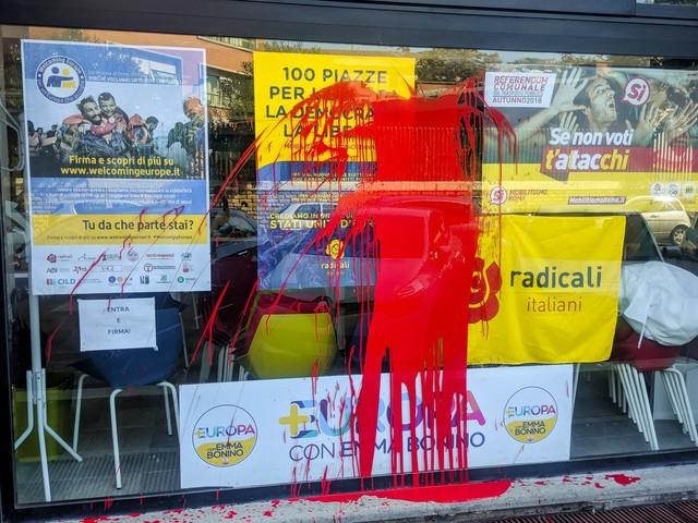 Attacco alla sede dei Radicali Italiani con vernice e fumogeni