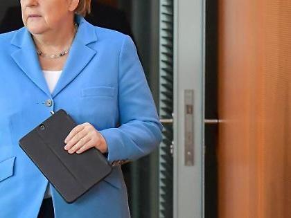 """Angela Merkel ha tremato ancora: """"Sono in cura, dovrò conviverci"""""""