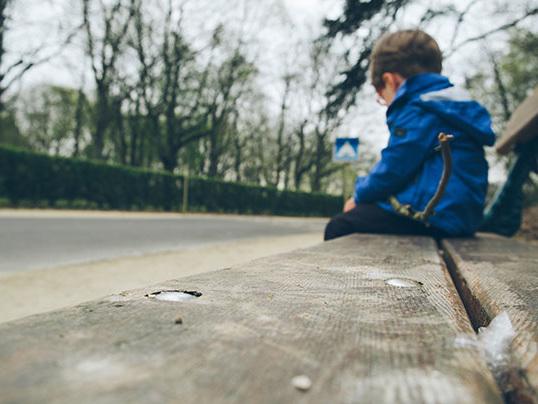 """Bimbo di 8 anni vaga solo per strada: """"La mamma non mi vuole più"""". E lei conferma tutto ai carabinieri"""