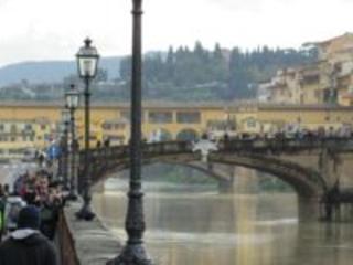 Firenze: in mutande sul ponte Santa Trinita. Bloccato e portato in ospedale
