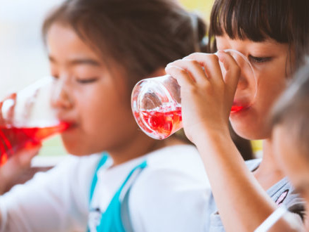 Etichette poco chiare e marketing aggressivo spingono le vendite di bevande zuccherate per bambini. Il rapporto americano