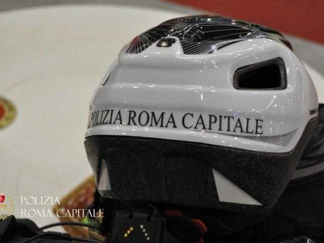 Polizia Locale di Roma Capitale: maxi-blitz contro i venditori abusivi 40 fermati 15.000 articoli sequestrati
