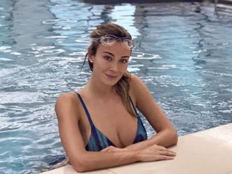 Stile a farfalla in vasca e poi... idromassaggio: relax in piscina per Diletta Leotta