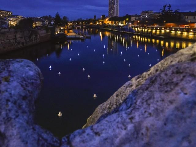 Rimini: 208 boe luminose galleggiano nella Piazza sull'Acqua. La magica installazione di Gio Tirotto