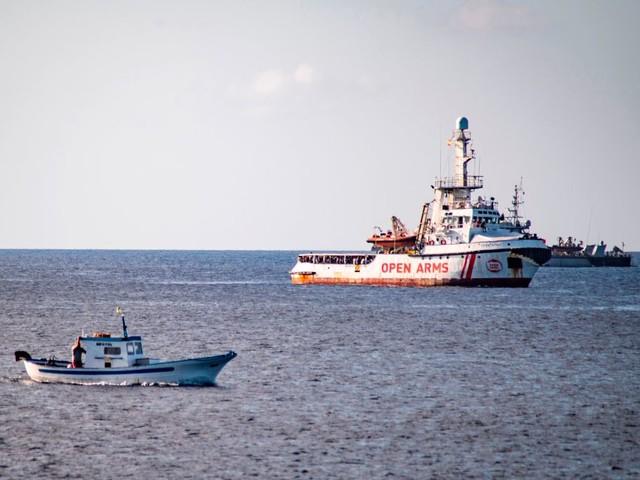 Open Arms, la Guardia Costiera è disponibile ad accompagnare i 107 migranti in Spagna
