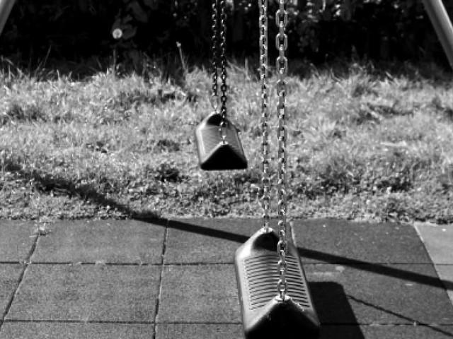Bambino di 10 anni muore strangolato dalla catena dell'altalena