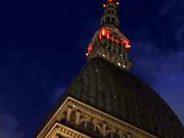 Attentati in Spagna, bandiere a mezz'asta e Mole spenta: Torino ricorda le vittime