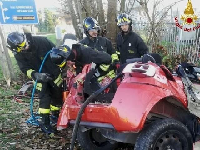 Auto si schianta contro un albero e un muro: morte due sorelle di 15 e 20 anni e un 23enne