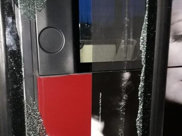 Roma, aggressione a bus Atac da parte di una banda di rom: distrutti tutti i finestrini, terrore a bordo